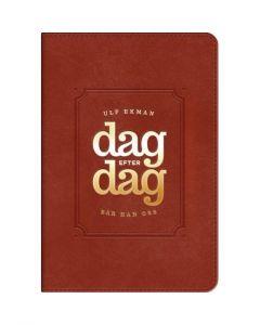 Dag efter dag bär han oss : andakter med uppmuntran och undervisning som stärker och hjälper din tro